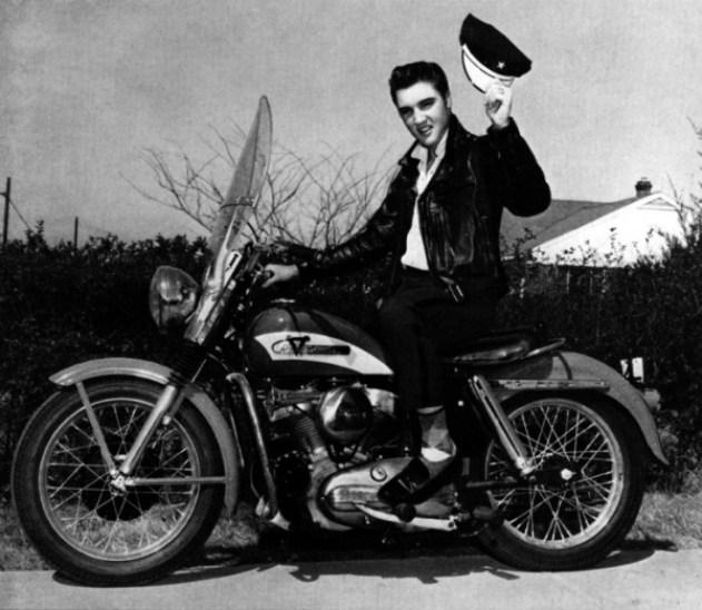 Ο Έλβις Πρίσλεϊ με την ερυθρόλευκη 1956 Harley-Davidson KH Model