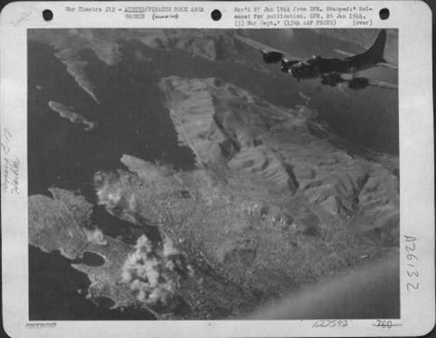 Οι αεροφωτογραφίες μέσα από τα βομβαρδστικά δείχνουν να φλέγεται το κέντρο του Πειραιά και ηπεριοχή της Δραπετσώνας γύρω από το κεντρικό λιμάνι