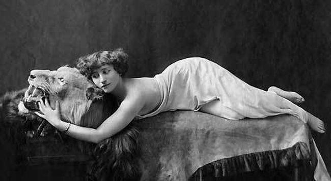"""Μερικά από τα πιο δημοφιλή βιβλία της ήταν """"Gigi""""Cheri(1920) andThe Last of Cheri(1926) """"the cat"""""""
