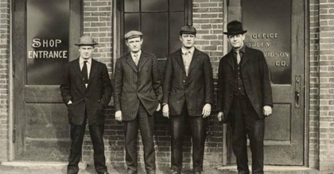 Από αριστερά προς τα δεξιά, Άρθουρ Ντάβιντσον, Γουόλτερ Νταβιντσον, Ουίλιαμ Χάρλει και Ουίλιαμ Νταβιντσον