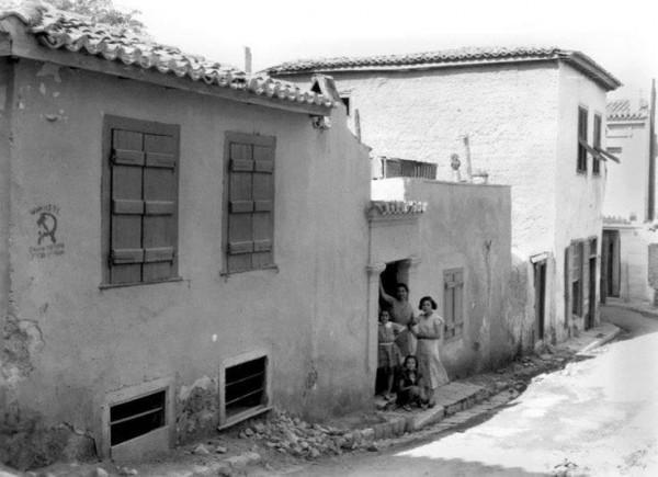 Βαριά ξύλινα παντζούρια στα σπίτια της παλιάς Αθήνας