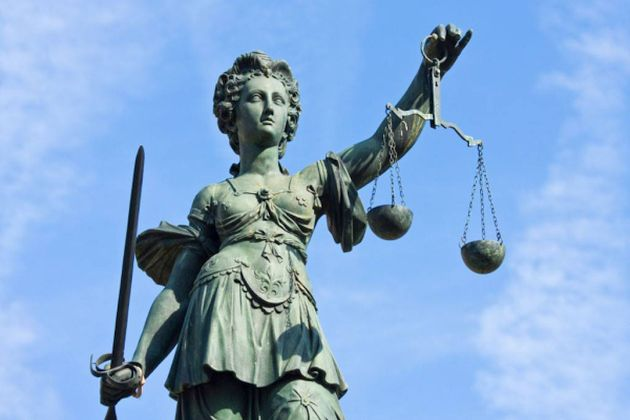 Στη ρωμαϊκή μυθολογία η Θεά της Δικαιοσύνης είναι η Γιουστίτια και το άγαλμα της κοσμεί πολλά δικαστήρια ανά τον κόσμο. Είναι τυφλή για να τονιστεί η αμεροληψία της, κρατά στο αριστερό της χέρι ζυγαριά και στο άλλο σπαθί