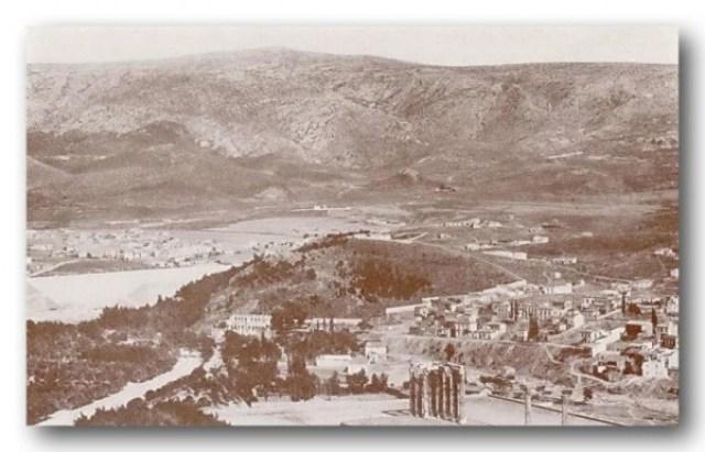 Μερική άποψη της Αθήνας από την Ακρόπολη (1910). Στο κέντρο της φωτογραφίας είναι η περιοχή που χτίστηκε ο Συνοικισμός Παγκρατίου το 1923, που από το 1924 μετονομάστηκε σε Συνοικισμό Βύρωνος. Μπροστά μας βλέπουμε τους στύλους του Ναού του Ολυμπίου Διός και ακριβώς πίσω τους και δεξιά τη συνοικία του Μετς. Αριστερά του Μετς φαίνεται ο λόφος Αρδηττός περιτριγυρισμένος από τείχος και το Παναθηναϊκό Στάδιο. Αριστερά του Σταδίου φαίνονται κάποια σπίτια (μέρος του Βατραχονησιού). Διακρίνεται το μοναστήρι της Αναλήψεως ( λευκή εκκλησία, κτίριο και μεγάλη μάνδρα ) και πίσω δεξιά του, στη ρίζα του λόφου, το μοναστήρι της Ζωοδόχου Πηγής με αρκετά δέντρα.