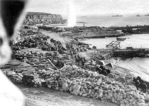 7 Ιανουαρίου 1916, δύο μέρες πριν τη τελική εκκένωση των συμμάχων. Ο Ουίνστον Τσόρτσιλ παραιτήθηκε από την Κυβέρνηση και πήγε στη Γαλλία να διευθύνει ένα τάγμα πεζικού