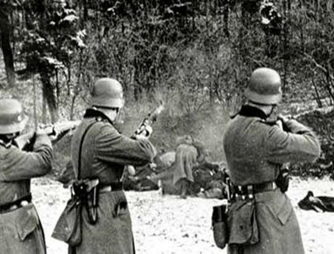 """""""Έχε γεια καημένε κόσμε"""". Το συγκλονιστικό αντίο των 101 κρατουμένων που έπεσαν νεκροί τραγουδώντας στη Θεσσαλονίκη. Ήταν η μαζικότερη εκτέλεση των Ναζί μέσα στο στρατόπεδο """"Παύλος Μελάς"""" (φωτο)"""