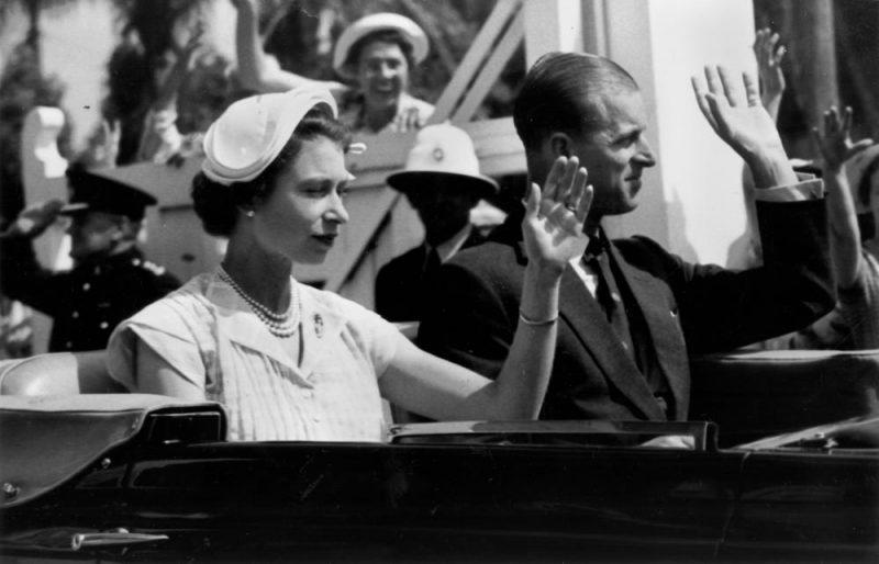 """Οι εξωσυζυγικές σχέσεις, τα ποτά και τα πάρτι με γυναίκες του συζύγου της βασίλισσας Ελισάβετ της Αγγλίας. Πώς ο πρίγκιπας Φίλιππος """"ξεφορτώθηκε"""" την πεθερά του κλείνοντας την κεντρική θέρμανση στο παλάτι"""