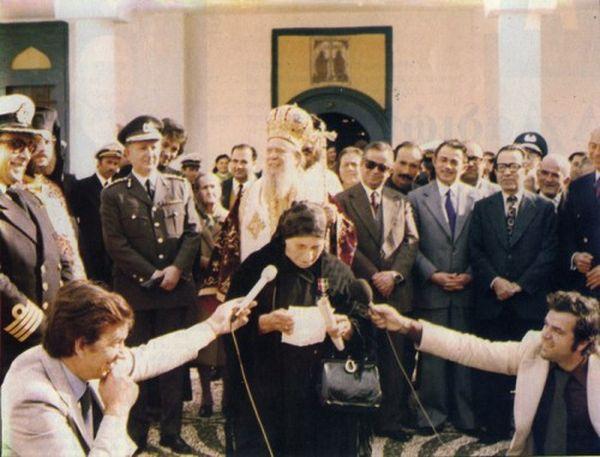 Η Κυρά της Ρω κατά τη παρασυμοφόρηση της από το ελληνικό ναυτικό στο Καστελόριζο. Κάθε φορά που έβλεπε ένα καράβι να περνά έτρεχε στα βράχια και ανέβαζε τη σημαία