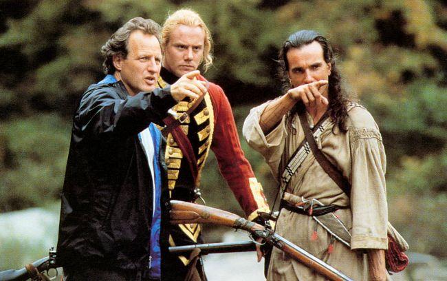 «Ο τελευταίος των Μοϊκανών». Η ταινία που έπαιξαν 900 Ινδιάνοι ήταν παιδικό όνειρο του σκηνοθέτη. Υποχρέωσε τους ηθοποιούς να μάθουν πολεμικές τέχνες και έστειλε τον Ντάνιελ Ντέι Λιούις να ζήσει μήνες στα δάση