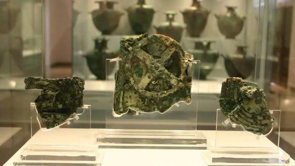 Ήδη από την ανακάλυψη των θραυσμάτων του Μηχανισμού το 1902, στο Εθνικό Αρχαιολογικό Μουσείο, οι πρώτες λέξεις που διαβάστηκαν -«Αφροδίτη» και «Ηλίου ακτίνα»- ανέδειξαν την αστρονομική χρήση του αντικειμένου.