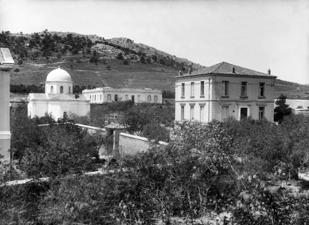 Ο Ναός των Αγίων Αναργύρων, στο κέντρο το Σύγγρειο και δεξιά το κτίριο Διοικήσεως