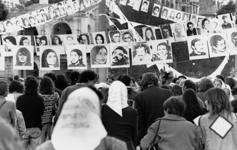 Τους έριχναν ναρκωμένους από αεροπλάνα στη θάλασσα για να χαθούν για πάντα τα ίχνη τους. Οι Μητέρες τους ψάχνουν ακόμη και κατάφεραν να τιμωρηθεί ο δικτάτορας της Αργεντινής που αιματοκύλισε τη χώρα