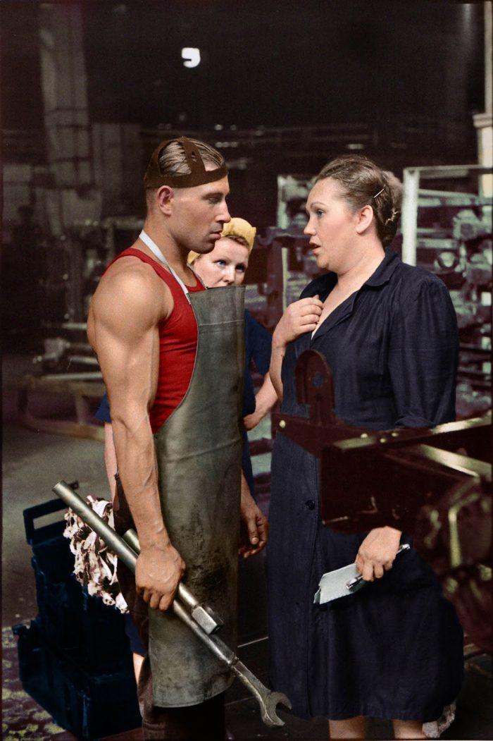 """""""Ο εργάτης και η επιστάτρια"""". Η αυθεντική στιγμή σε εργοστάσιο της ΕΣΣΔ, που μοιάζει με διαφημιστική φωτογραφία. Ο Στάλιν αναβάθμισε το ρόλο των γυναικών στην εργασία"""