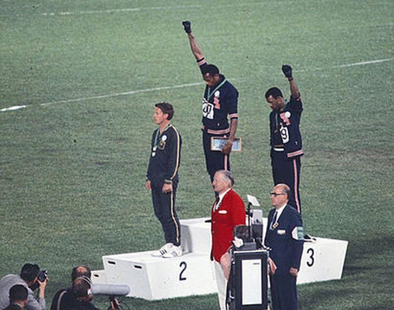 Η ιστορία του λευκού αθλητή, που το 1968 στάθηκε δίπλα στους μαύρους που ύψωσαν συμβολικά τη γροθιά τους στους Ολυμπιακούς αγώνες. 38 χρόνια μετά σήκωσαν το φέρετρό του