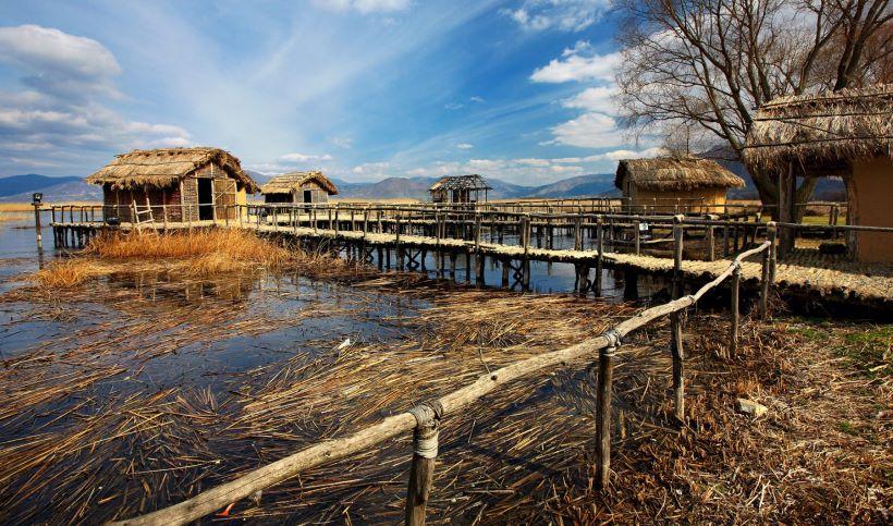 Πώς ανακαλύφθηκε στον βυθό της λίμνης το προϊστορικό χωριό που χτίστηκε πριν από χιλιετίες στην Ελλάδα. Τα σπίτια στηρίζονταν σε ξύλινες πλατφόρμες πάνω στο νερό και εκεί βρέθηκε η πρώτη μορφή γραφής πριν από τη Γραμμική Α