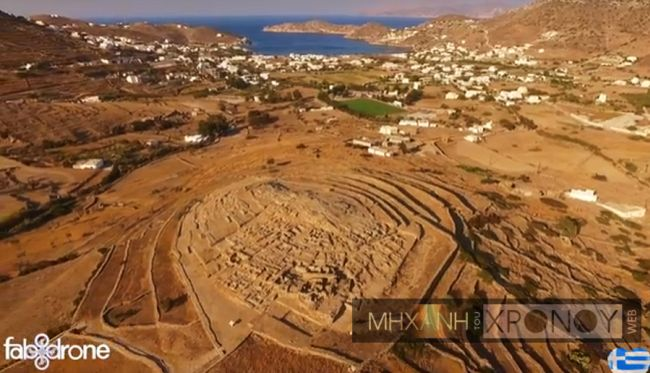 Πτήση πάνω από την Ίο και τον μεγαλύτερο πρωτοκυκλαδικό οικισμό. Χρονολογείται στην τρίτη χιλιετία π.Χ. και είχε διώροφα σπίτια και προηγμένο πολεοδομικό και αποχετευτικό δίκτυο