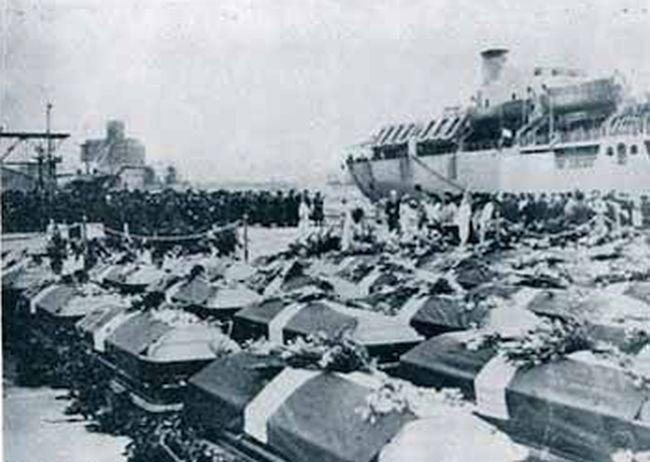 """""""Η επιστροφή στην πατρίδα"""". Τα φέρετρα των ελλήνων στρατιωτών που πολέμησαν στην Κορέα φθάνουν στο λιμάνι, όπου τους περιμένουν οι μάνες και οι αδελφές τους. Γιατί η Ελλάδα έστειλε στρατό στην Κορέα"""