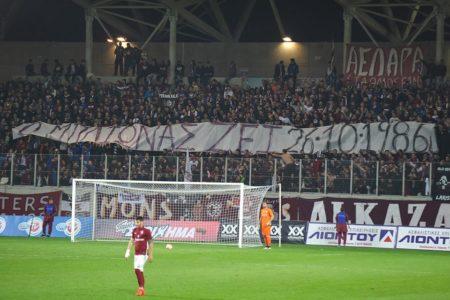 """""""Ο Μπλιώνας ζει"""" αναγράφεται στο πανό που σήκωσαν οι οπαδοί της ΑΕΛ μέσα στο γήπεδο Αλκαζάρ στη Λάρισα"""