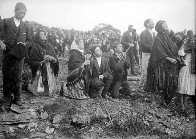 """Το """"θαύμα"""" που διηγήθηκαν τρία παιδιά και ξεσήκωσαν την Πορτογαλία. Τι έγινε στο ραντεβού που έδωσαν με χιλιάδες πιστούς και φωτορεπόρτερ που ήθελαν να δουν από κοντά την Παναγία"""
