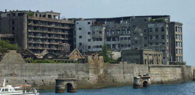 """Το νησί """"φάντασμα"""" με τα υποθαλάσσια ορυχεία της Mitsubishi που έγινε στρατόπεδο συγκέντρωσης στον Β' Παγκόσμιο Πόλεμο. Ήταν ένα από τα πιο πυκνοκατοικημένα μέρη της γης και εγκαταλείφθηκε ξαφνικά"""