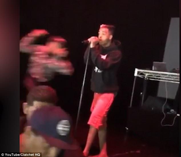 """Ράπερ εναντίον ράπερ. Σε ρινγκ μετατράπηκε η σκηνή σε συναυλία όταν ο ράπερ Στόουν γρονθοκόπησε τον ράπερ """"XXXTendacion"""", την ώρα που τραγουδούσε"""