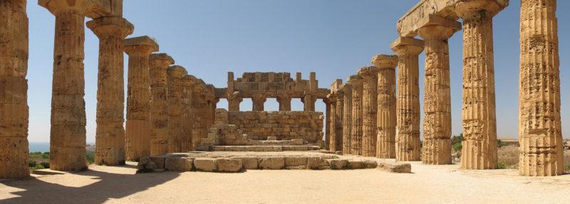 Ο πανέμορφος ναός της Ήρας στον Σελινούντα της Σικελίας. Η πόλη ιδρύθηκε από Μεγαρείς αλλά ισοπεδώθηκε από τους Καρχηδόνιους του Αννίβα. Έχει ασυνήθιστο αριθμό κιόνων και αναστηλώθηκε το 1959