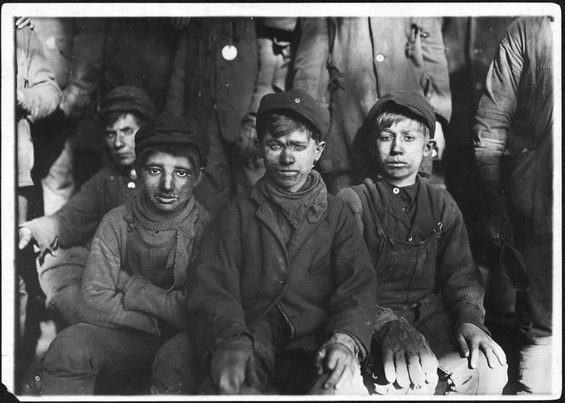 Η φωτογραφία του ανήλικου ανθρακωρύχου που σόκαρε την κοινωνία και άλλαξε τη νομοθεσία. Η καθημερινή κόλαση των αγοριών που ουρούσαν τα δάχτυλά τους όταν μάτωναν (βίντεο)
