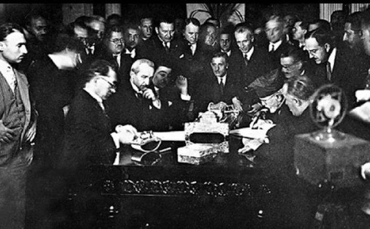 Η Συνθήκη της Λωζάνης υπεγράφη μετά τη Μικρασιατική Καταστροφή. Έθετε τα σύνορα της σύγχρονης Τουρκίας και τους όρους της ανταλλαγής των πληθυσμών και των εδαφικών προσαρτήσεων μεταξύ Ελλάδας και Τουρκίας