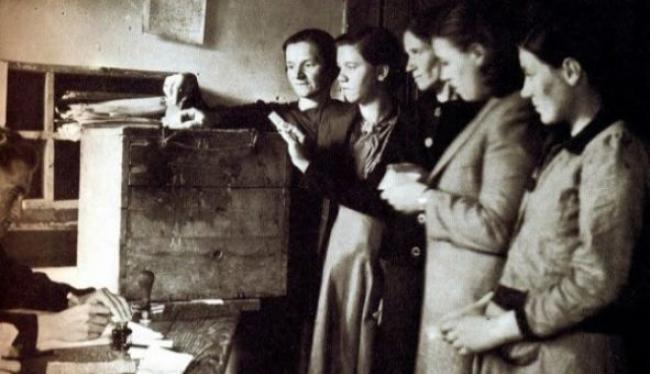 """""""Ψήφο στη γυναίκα"""" διακήρυττε η Εφημερίδα των Κυριών το 1887. Σχεδόν μισό αιώνα μετά οι γυναίκες ψηφίζουν για πρώτη φορά"""