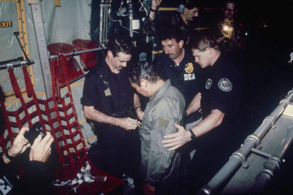 Η σύλληψη του δικτάτορα του Παναμά, Νοριέγκα χάρη στους AC/DC, τους Guns N' Roses και τους Clash. Βρήκε καταφύγιο στην πρεσβεία του Βατικανού, αλλά οι αμερικανοί κομάντος του έκαναν ανορθόδοξο πόλεμο