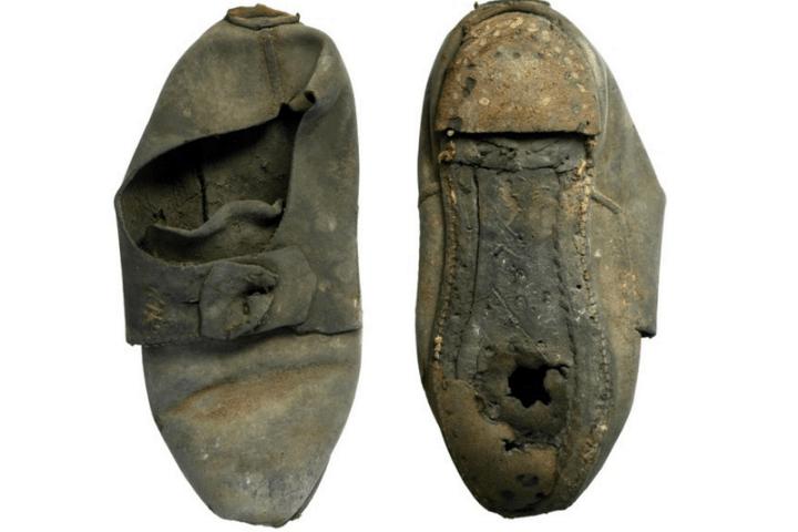 """Το παπούτσι – παγίδα που εξουδετέρωνε τα κακά πνεύματα. Βρέθηκε εντοιχισμένο στο Πανεπιστήμιο του Κέιμπριτζ και συνδέεται με την """"αποτρεπτική"""" μαγεία στην οποία πίστευαν οι Βρετανοί τον 17ο αιώνα"""