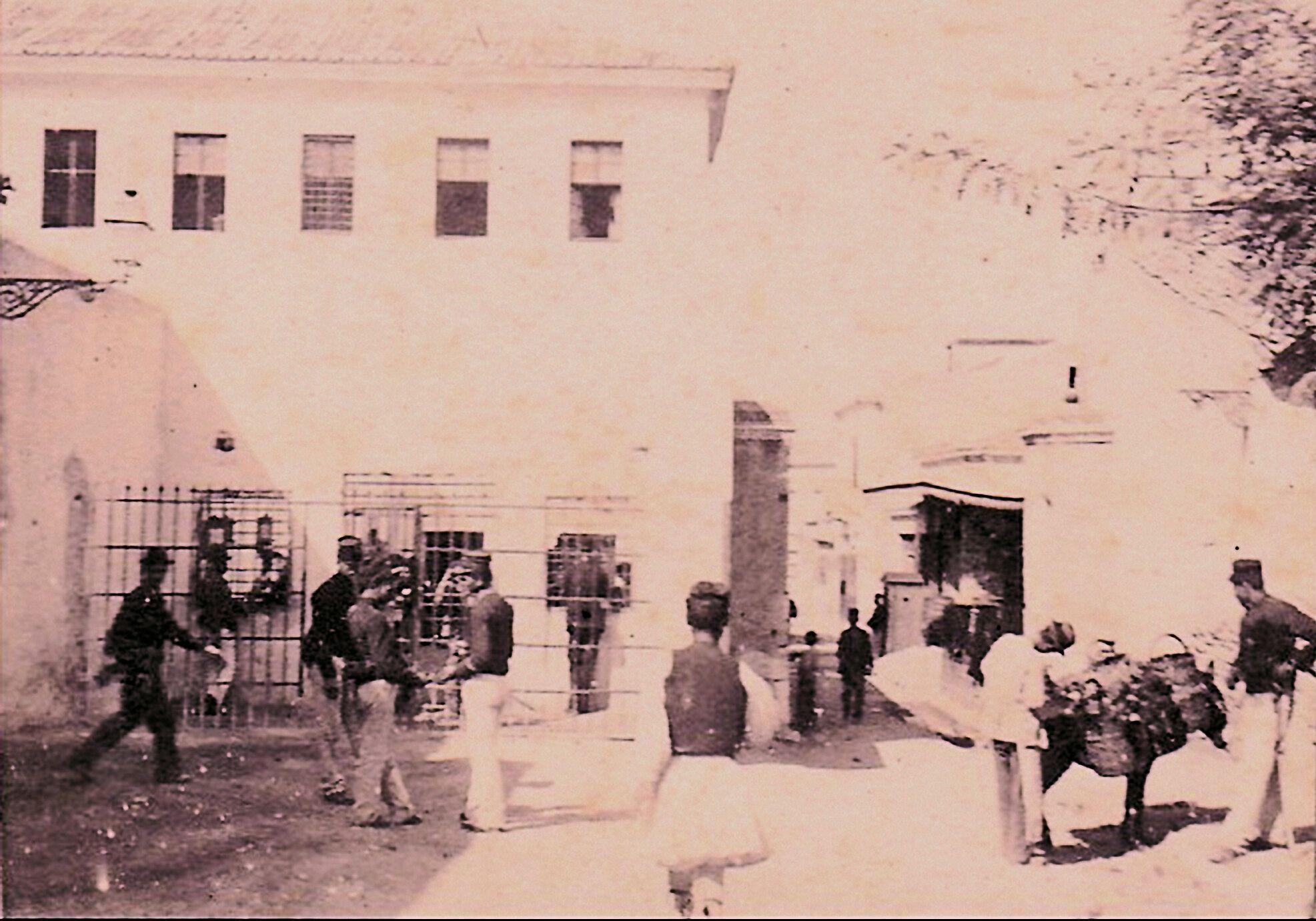 """Η φυλακή – κάτεργο της Αθήνας με το μισητό πλατάνι. Ποιοι έλεγαν την φράση """"χαιρέτα μου τον πλάτανο"""" και τι εννοούσαν. Τι απέμεινε (βίντεο)"""