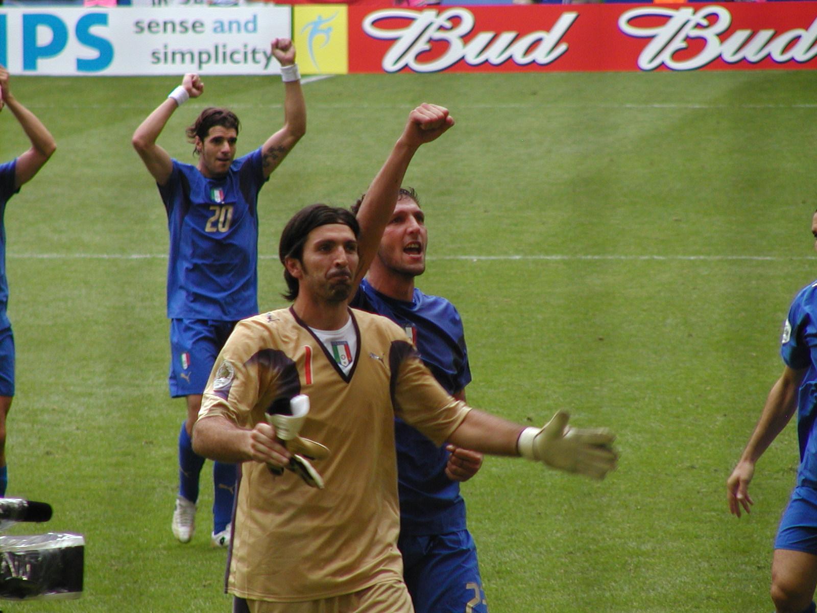 """Το Μουντιάλ 2006, όταν ο Λεπέν """"κατηγόρησε"""" του γάλλους παίκτες ότι όλοι είναι μαύροι. Η  έξαρση του ρατσισμού. Ο """"σκατόμαυρος"""" Ανρί και ο """"αλγερινός"""" Ζιντάν"""