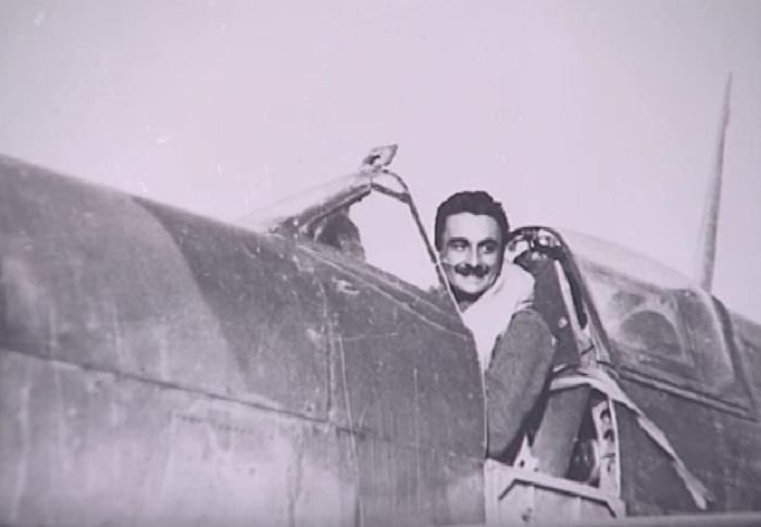 """Ο θρυλικός Έλληνας αεροπόρος που δραπέτευσε δύο φορές από τους Γερμανούς. Πολέμησε στην Κρήτη, στη Μέση Ανατολή και """"έφυγε"""", 100 χρονών. Ο ταξίαρχος Βύρων Σαχαρίδης"""
