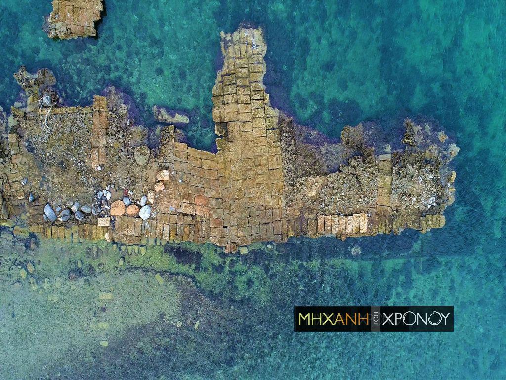 """Το λιμάνι με τις εκατό τριήρεις που παραμένει ίδιο από την αρχαιότητα. Ποια ήταν η """"ανθισμένη πόλη"""" που  έγινε διάσημη για τα κοχύλια και την πορφύρα (drone)"""