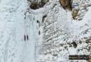 Εντυπωσιακή αναρρίχηση στους παγωμένους καταρράκτες στα Τζουμέρκα. Εκεί ο Καραϊσκάκης σχημάτισε επαναστατική ομάδα και ο Κατσαντώνης έστησε το λημέρι του (drone)