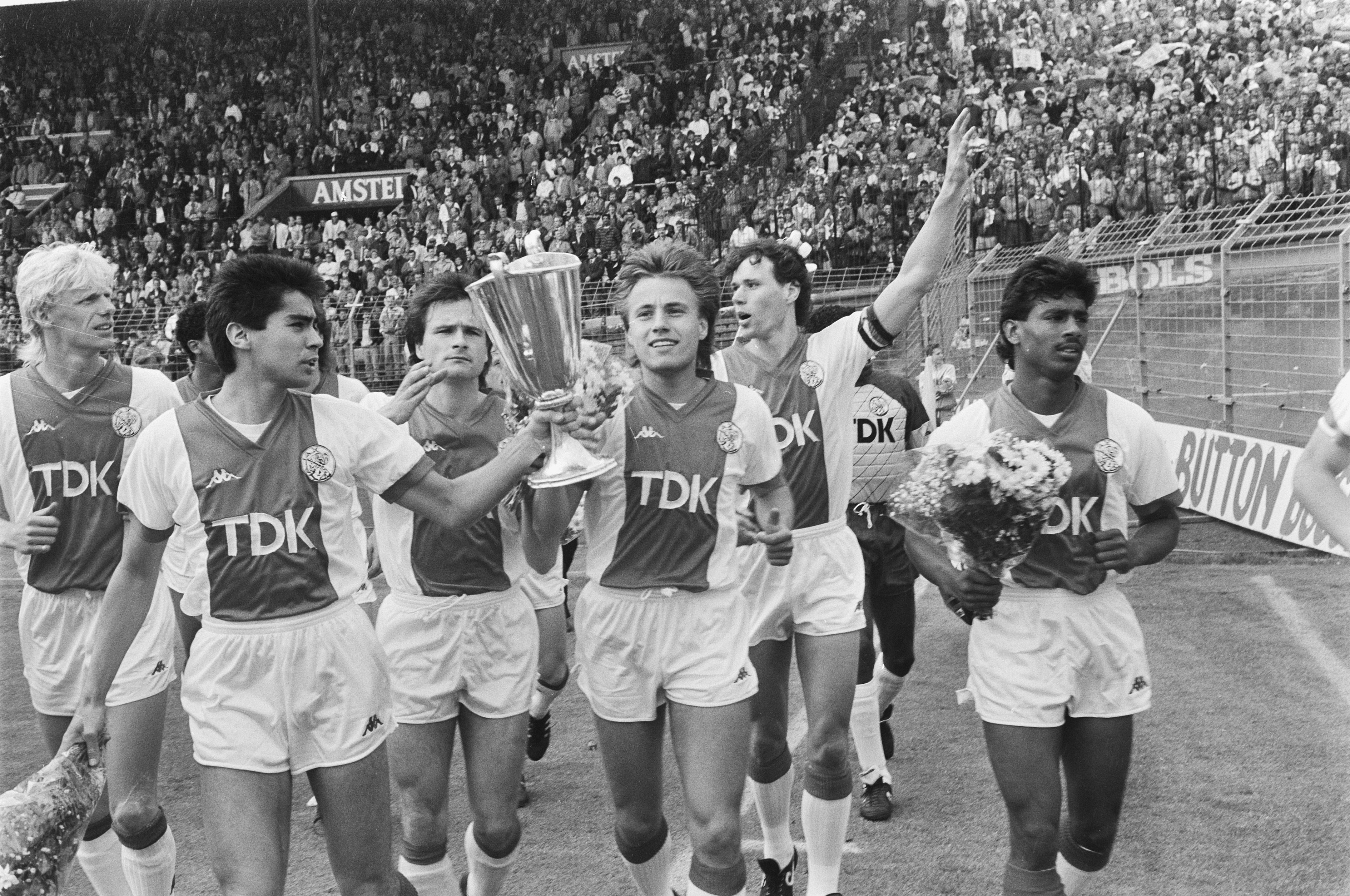 """Ο Άγιαξ πήρε το όνομά του από τον ήρωα της Τροίας. Ο σύλλογος που έβαζε πρόστιμο στους φιλάθλους που έφευγαν από το γήπεδο. Η """"ομάδα των Εβραίων"""", που κυνηγήθηκε από τους Ναζί"""