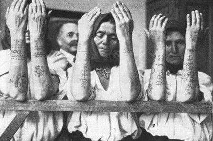 """Τα τατουάζ της σωτηρίας. Πως χιλιάδες γυναίκες γλίτωσαν από τα οθωμανικά χαρέμια και τα σκλαβοπάζαρα """"χτυπώντας"""" χριστιανικά σύμβολα"""