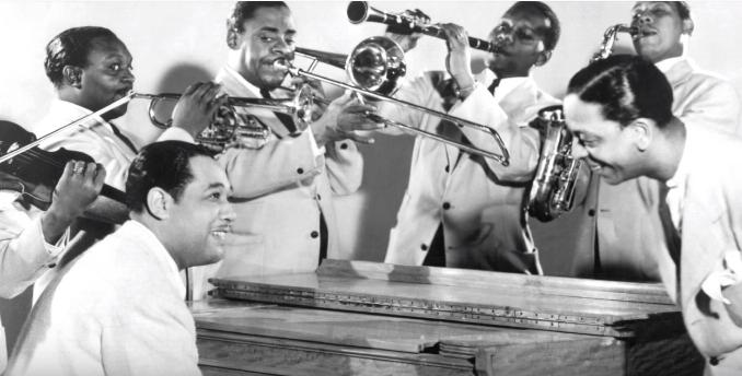 """Το Κόττον κλαμπ, με τους μαύρους καλλιτέχνες και τους λευκούς πελάτες. Οι μαύροι ήταν """"μέρος της διακόσμησης"""", αλλά έγραψαν ιστορία. Εκεί έγιναν γνωστοί θρυλικοί  μουσικοί"""
