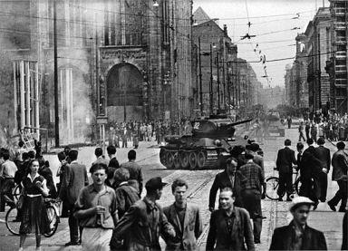 Η απεργία στην Ανατολική Γερμανία το 1953. Η αμφισβήτηση του κομμουνιστικού καθεστώτος, με δεκάδες νεκρούς μετά από τη σύγκρουση με τον σοβιετικό στρατό και την αστυνομία