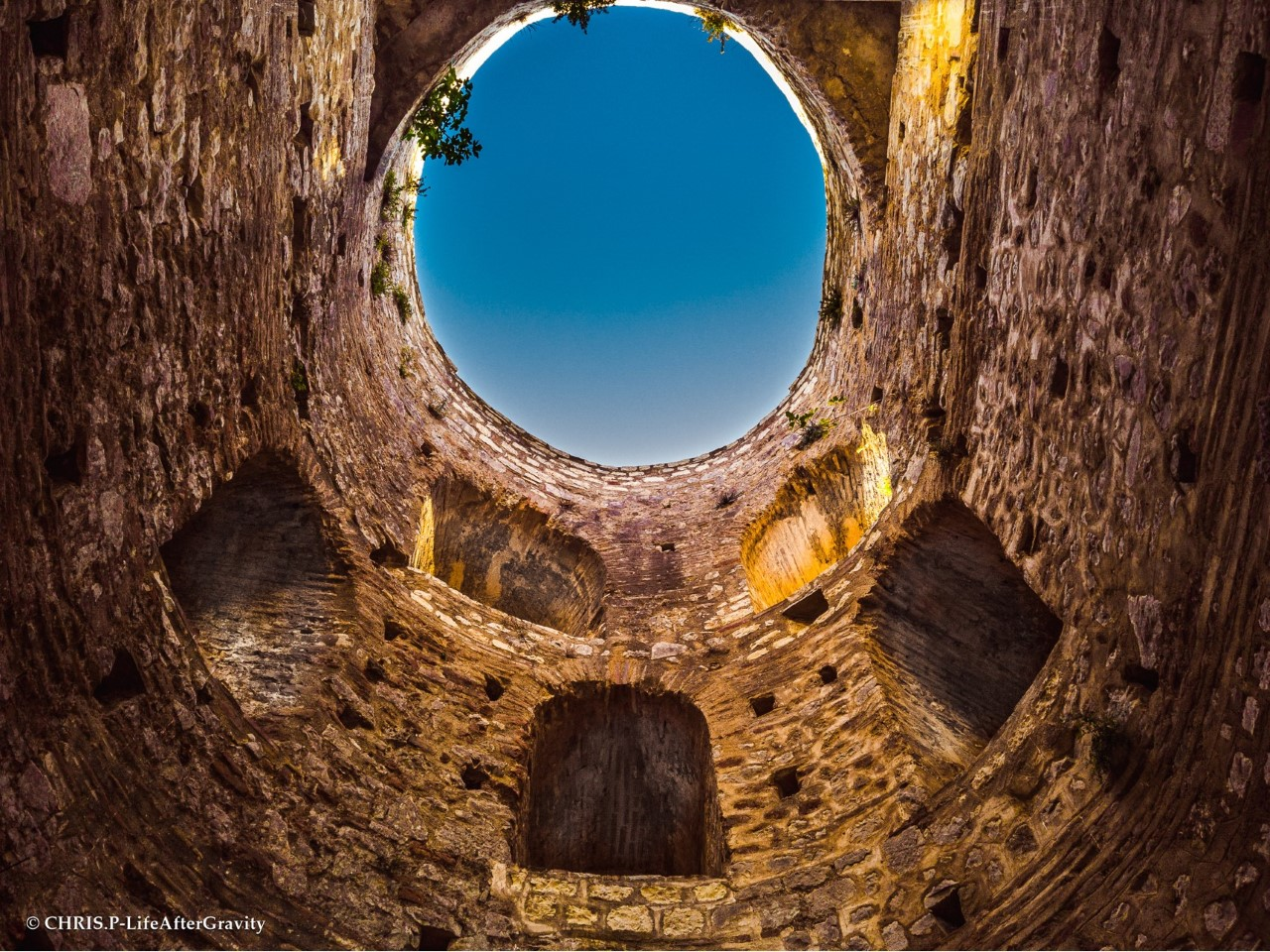 Ποια ήταν η μεγαλύτερη σε έκταση αρχαία πόλη της Ελλάδας. Πώς ο Ρωμαίος αυτοκράτορας Αύγουστος Οκταβιανός εκτίναξε τον πληθυσμό της σε 100 χιλιάδες (drone)