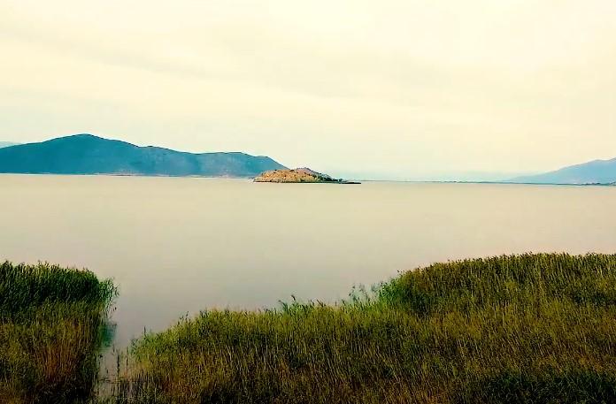 Το νησί στο οποίο δεν επιτρέπονται οι άνθρωποι. Βρίσκεται στη Μικρή Πρέσπα όπου ο θρύλος λέει ότι δημιουργήθηκε από μια βρύση που έμεινε ανοιχτή (drone)