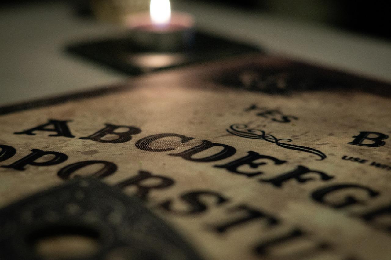 Ouija. Το ταμπλό των μέντιουμ που ξεπέρασε σε πωλήσεις τη Monopoly και έγινε δικαιολογία για εγκλήματα. Η εκκλησία το κατήγγειλε για μαύρη μαγεία