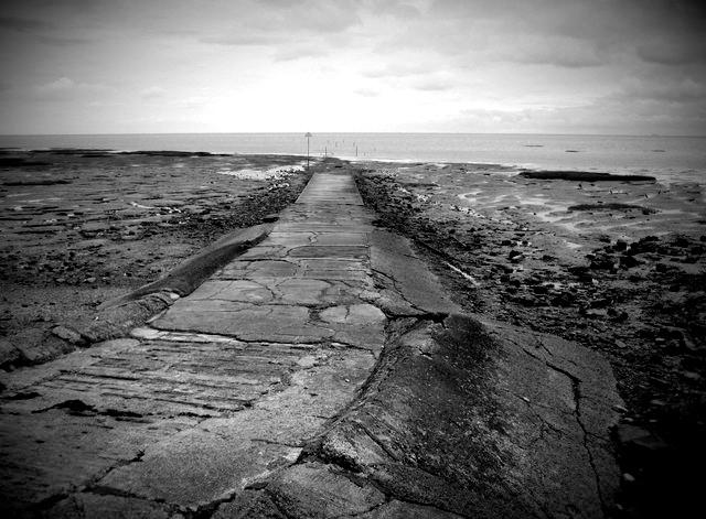 """""""Το φονικό μονοπάτι"""". Τουλάχιστον 100 άτομα έχουν χάσει τη ζωή τους σε μία λωρίδα γης και γύρω θάλασσα, νάρκες και… σκουπόξυλα. Πού βρίσκεται το θρυλικό Broomway"""