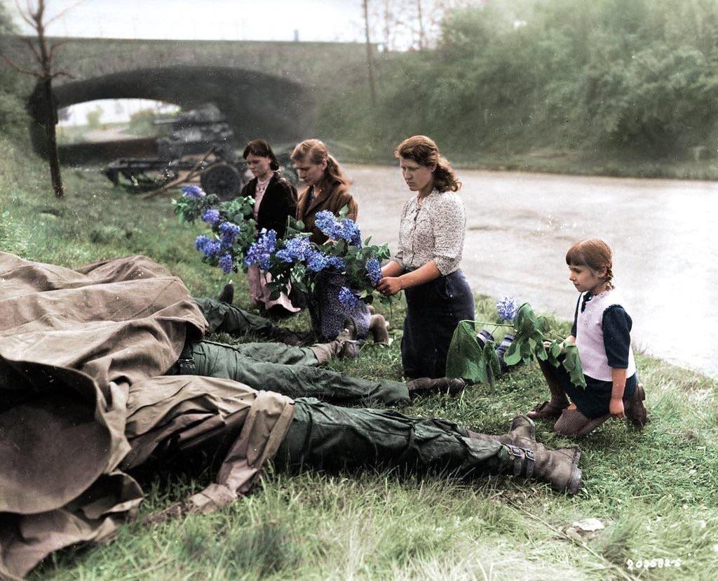 Γυναίκες από τη Σοβιετική Ένωση αποδίδουν φόρο τιμής σε νεκρούς Αμερικανούς στρατιώτες. Ο αιχμάλωτος αξιωματικός τους εκτελέστηκε εν ψυχρώ