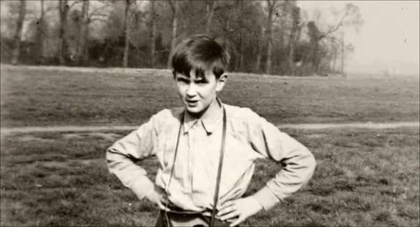Αναγνωρίζετε το αγοράκι της φωτογραφίας; Θρυλικός μουσικός της Ροκ, που για χρόνια πίστευε πως η μητέρα του ήταν η μεγάλη του αδερφή και οι παππούδες του οι γονείς του.
