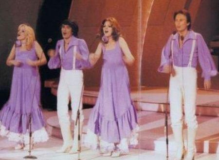 """""""Μάθημα Σολφέζ"""". Η πρώτη ελληνική επιτυχία της Eurovision. Το τρυκ του Χατζηνάσιου, το ανύπαρκτο μπάτζετ και οι θεωρίες συνομωσίας περί σαμποτάζ"""