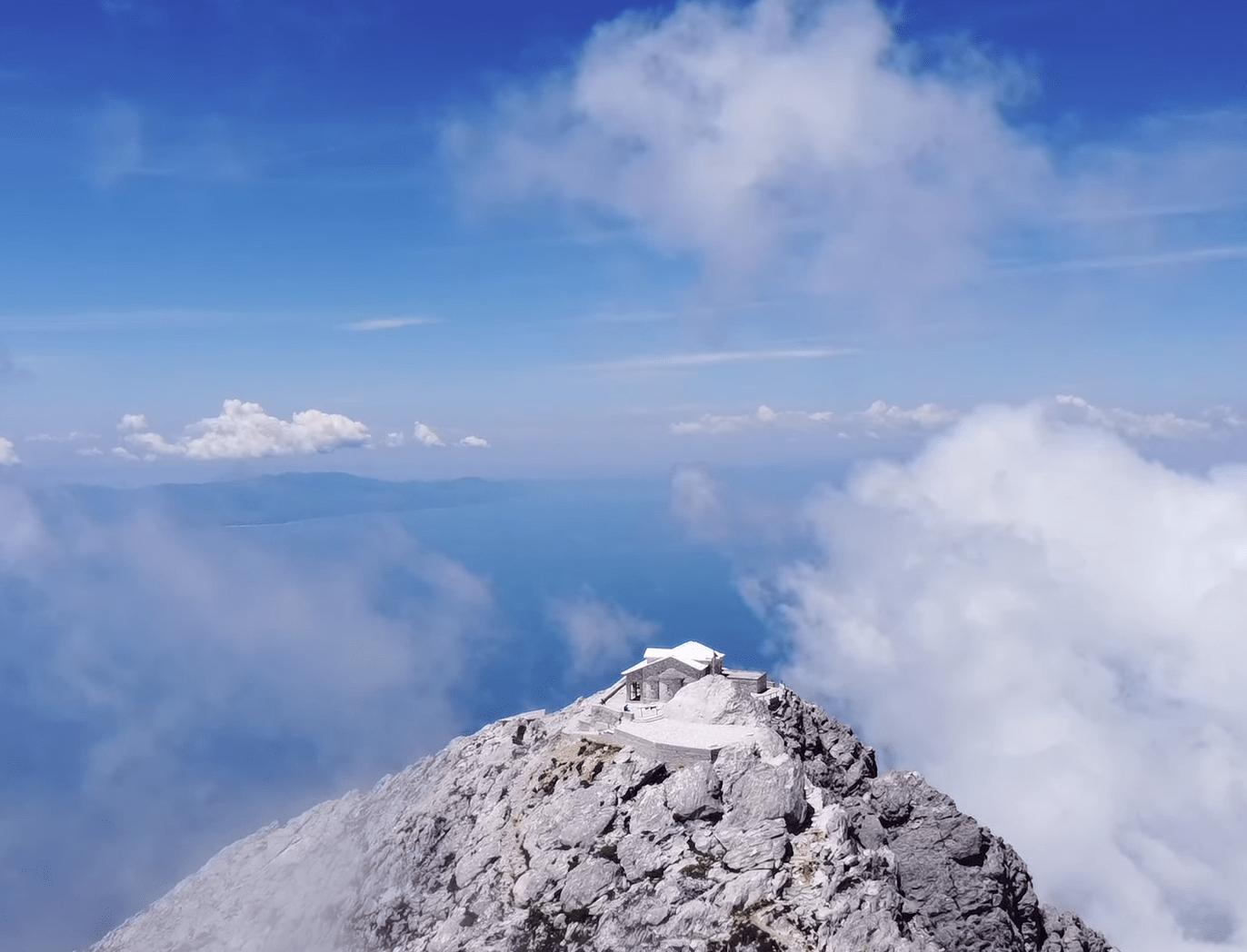 """""""Αγία Κορυφή"""". Εντυπωσιακά πλάνα από το ψηλότερο σημείο του Άγιου Όρους. Η δύσκολη ανάβαση στα 2.033 μέτρα και το ιστορικό εκκλησάκι"""