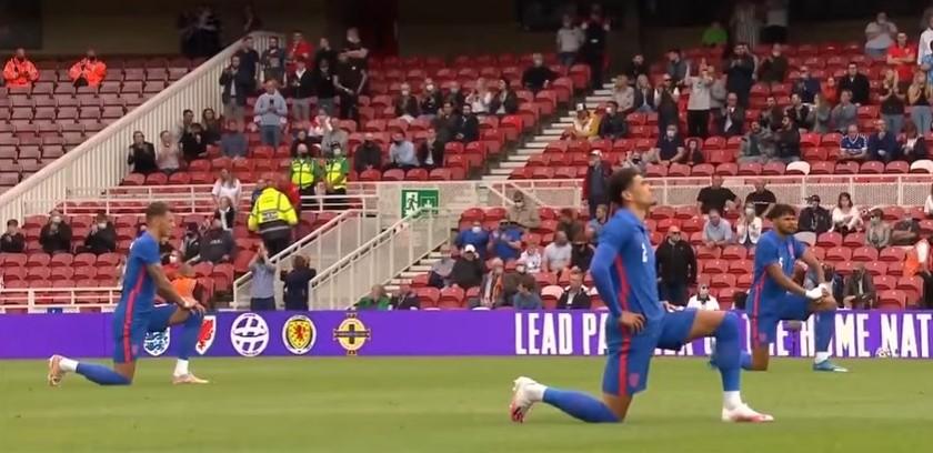 """Γιατί οι παίκτες της Εθνικής Αγγλίας γονατίζουν; Το μήνυμα ενάντια στο ρατσισμό, τα γιουχαρίσματα και η απάντηση του προπονητή – """"Οι παίκτες μας είναι πρότυπα"""""""