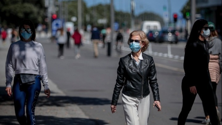 """Δυο συλλήψεις πολιτών σε δημόσια υπηρεσία στα Χανιά. Αρνήθηκαν να βάλουν μάσκα, παρά τις συστάσεις – """"Covid Free"""" η Κάρπαθος. Πώς σχεδόν «έσβησε» τον κορωνοϊό τον Ιούλιο"""
