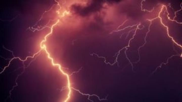Κεραυνός σκότωσε 11 άτομα που προσπαθούσαν να τραβήξουν σέλφι σε αξιοθέατο στην Ινδία. Τουλάχιστον 38 θύματα από τις σφοδρές καταιγίδες λόγω μουσώνων